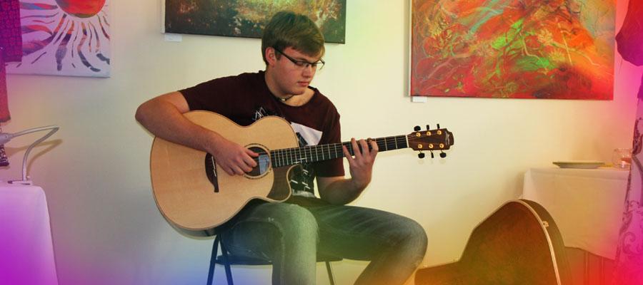 Sindre spiller gitar